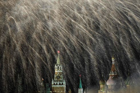 Fireworks explode over the Kremlin and St Basil Cathedral during New Year celebrations in central Moscow early on January 1, 2018. / AFP PHOTO / KIRILL KUDRYAVTSEV/AFP/Getty Images
