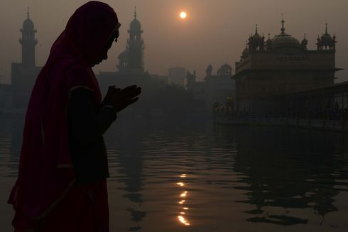 An Indian Sikh devotee pays respect in the early morning on the occasion of the New Year 2018 at the Golden temple in Amritsar on January 1, 2018. Photo: NARINDER NANU/AFP/Getty Images