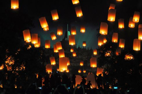 People fly lanterns at Borobudur temple during New Year celebrations in Magelang, Indonesia, January 1, 2018.Photo: Antara Foto. Via REUTERS