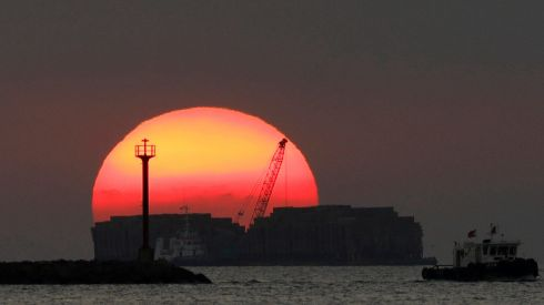 The last sunset of 2017 is pictured at Manila Bay, Philippines December 31, 2017. REUTERS/Dondi Tawatao