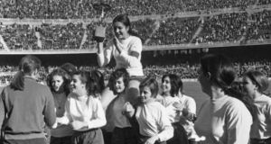 Inmaculate Cabecerán, here being chaired by team-mates, laid the foundations for Barcelona women's football. Photograph: Barcawomen/Twitter
