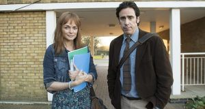Andrew (Stephen Mangan) with his actual wife Kim (Heather Graham)