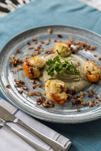 Seared scallops with Jerusalem artichoke purée: Photograph: Emma Jervis