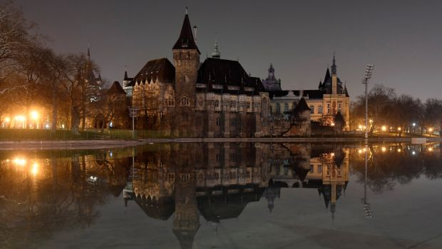 World landmarks go dark for Earth Hour climate campaign