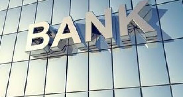 Wall St drops as JP Morgan leads bank stocks lower