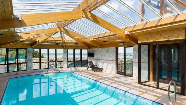 The swimming-pool, which is in excellent condition, also comes with a sauna and shower room