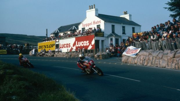 Joey Dunlop chases down Mike Hailwood during the 1078 Isle of Man TT race. Photo: Getty Images