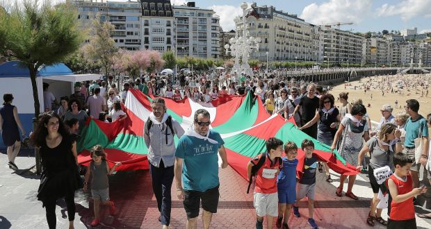 40f8284e41 Activists hold a Basque flag in a human chain to demand the right to decide  on