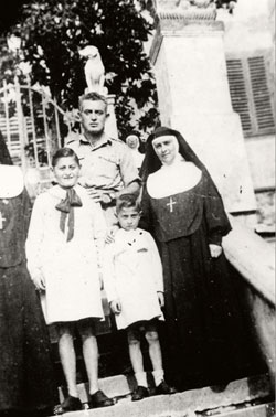 Emanuele and Raffaele Pacifici, sons of a rabbi, with their rescuer Benedetta Vespignani and a Jewish Brigade soldier