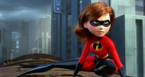 Incredibles: the family is forced to live in a motel until a mysterious tycoon arrives with an offer for Elastigirl to come out of retirement