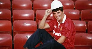New Manchester United signing Roy Keane poses with a builders hard hat at Old Trafford after signing from Nottingham Forest ahead of the 1993/94 season. Photo: Mike Hewitt/Allsport/Getty Images
