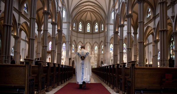 El padre Kris Stubna camina hacia el santuario después de una misa para celebrar la Asunción de la Santísima Virgen María en la Catedral de San Pablo, en Pittsburgh, Pensilvania.  Fotografía: Jeff Swensen / Getty Images