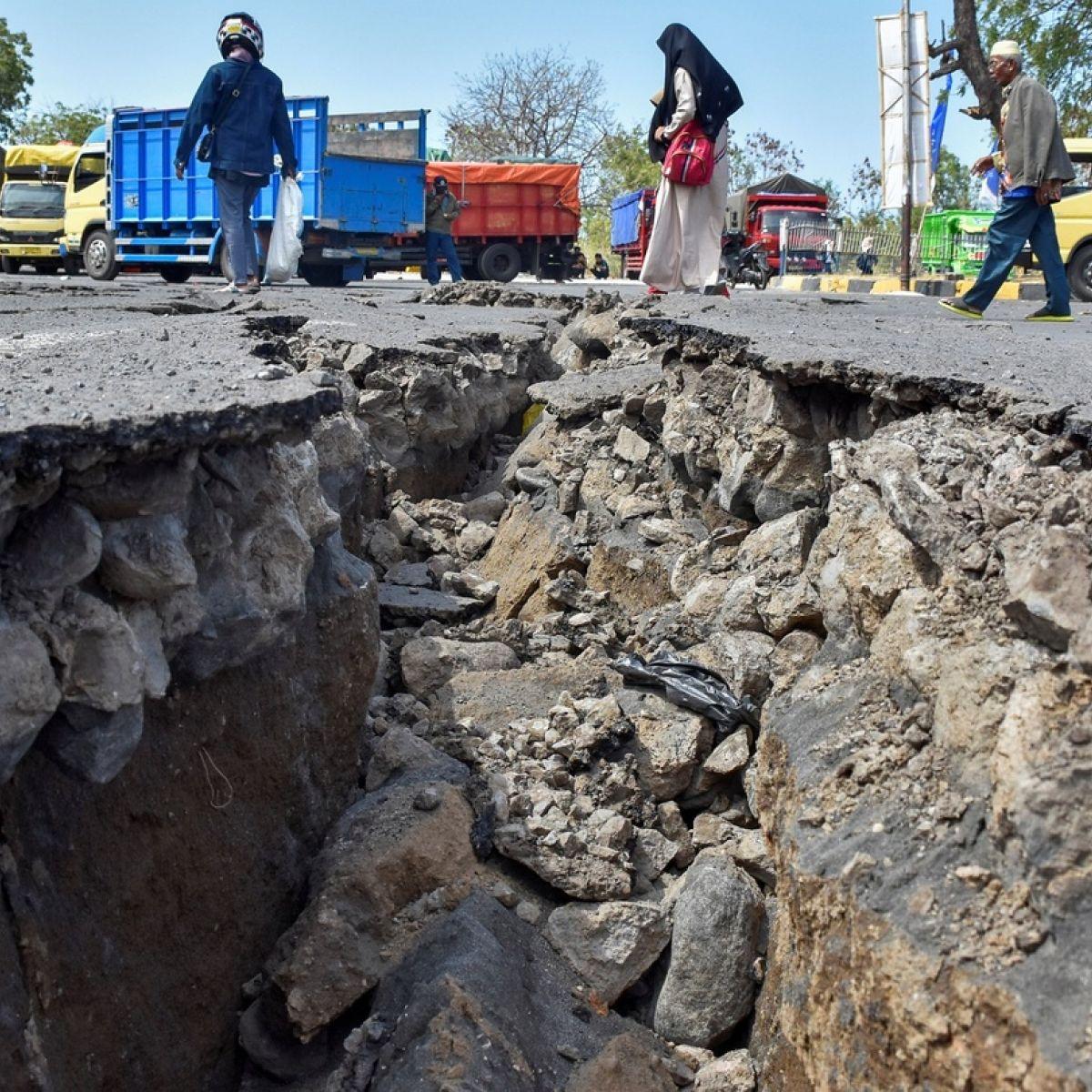 At least 10 dead as fresh tremors hit Lombok island