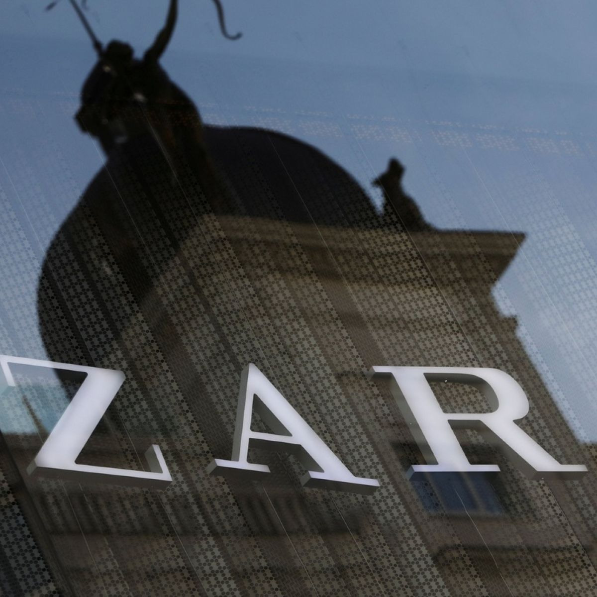 Zara owner sees net income rise 3% to €1 4bn