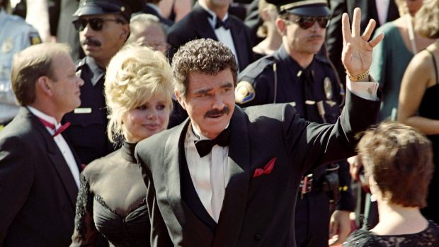 Burt Reynolds waves to the crowd upon his arrival with his wife Loni Anderson at the 44th Annual Emmy Awards in Pasadena in 1992. Photo: Vince Bucci/Getty Images