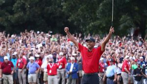 Tiger Woods celebrates his win on the 18th green. Photo: Tim Bradbury/Getty Images)