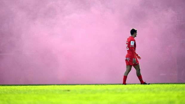 Thomas Ramos waits for kick off amid the red mist. Photo: Dan Mullan/Getty Images