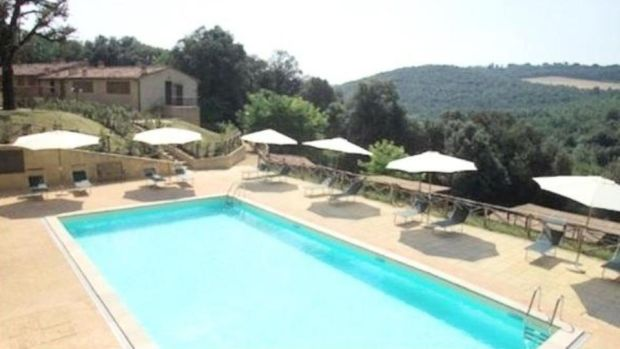 €320,000 for this three-bedroom house with shared pool near San Gimignano