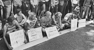 In October  1972,  Lynn Blackstone, Jane Muhrcke, Liz Franceschini, Pat Barrett, Nina Kuscsik and Cathy Miller made their sit-down protest at the New York City Marathon.