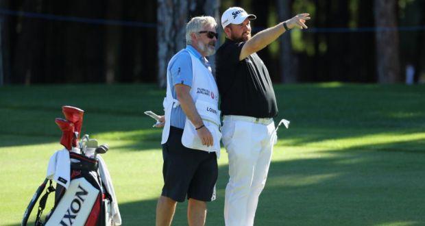 Shane Lowry在Regnum Carya Golf&Spa Resort举行的土耳其航空公开赛期间与他的球童聊天。 洛瑞并列第15名。 摄影:Warren Little / Getty Images)