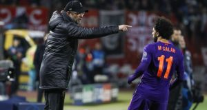 Liverpool manager Jurgen Klopp speaks with Mohamed Salah during the Champions League loss to Red Star Belgrade. Photo: Srdjan Stevanovic/Getty Images