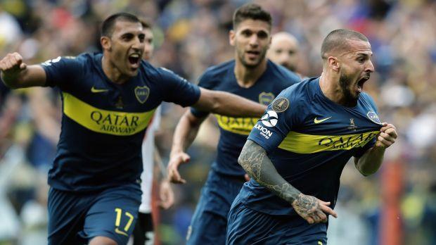I giocatori del Boca Juniors festeggiano il momentaneo 2-1 con colpo di testa di Darìo Benedetto. Foto: Alehandro Pagni/AFP.