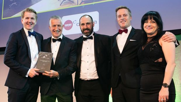 Stuart Ramsden, Director, Walls to Workstations presents the Fit Out Project of the Year – Large Office award to the MOLA Architecture & Avolon team
