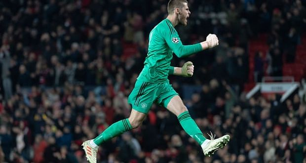 2e37b95d7ac Manchester United s goalkeeper David de Gea celebrates after Marouane  Fellaini s laste goal to give United victory