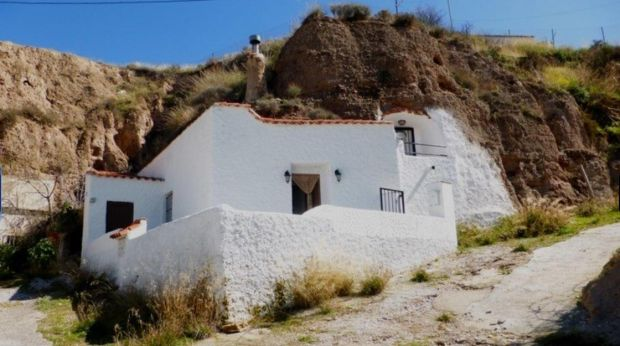 €44,000: cave house on the edge of the hamlet of Bácor