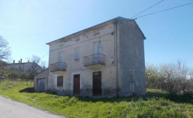 €45,000: two-storey stone house near the town of Gessopalena