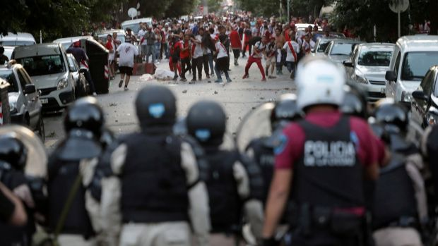 River Plate fans clash with riot police after the match was postponed. Photo: Alberto Raggio/File Photo