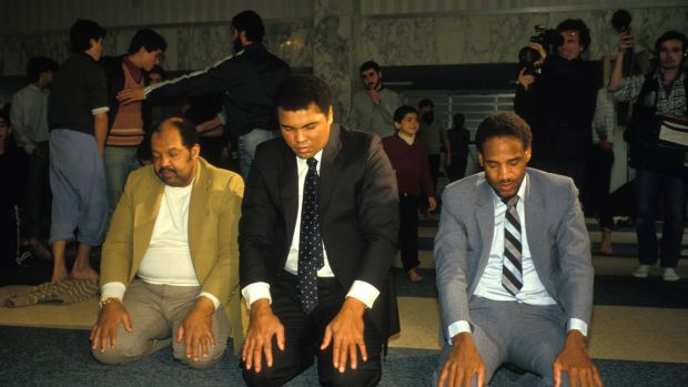 Ali prays during his visit to Beirut in 1985. Photo: Arnaud Borrel/Gamma-Rapho via Getty Images