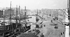 The 'swivel bridge' (Butt Bridge) in Dublin city, near the scene of the chase, circa 1885. Photograph: National Library of Ireland Flickr Commons