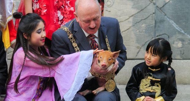 ca807607919 Juliana McAllen (12), Lord Mayor of Dublin Nial Ring and Guanhui Liu (