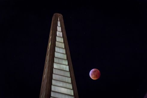 A super blood wolf moon rises over San Francisco, California. Photograph: David Paul Morris/Bloomberg