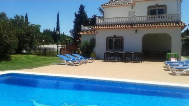 Chiclana de la Frontera: two-storey villa with a swimming pool and three garages