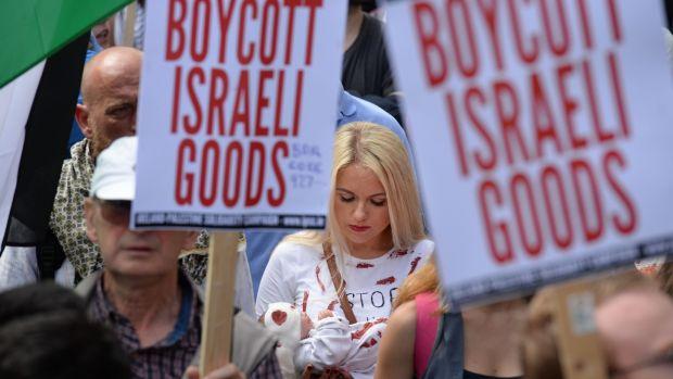 """Una manifestación en Dublín organizada por la Campaña de Solidaridad Irlanda-Palestina en 2014, en la que los manifestantes portaban banderas palestinas y cantaban """"Palestina libre, Gaza libre"""" en su camino hacia la embajada israelí. Fotografía de archivo: Dara Mac Dónaill / The Irish Times"""