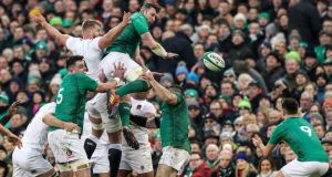 Ireland's Peter O'Mahony wins a lineout and passes to Conor Murray during the Six Nations match against England. Photograph:   Billy Stickland/Inpho