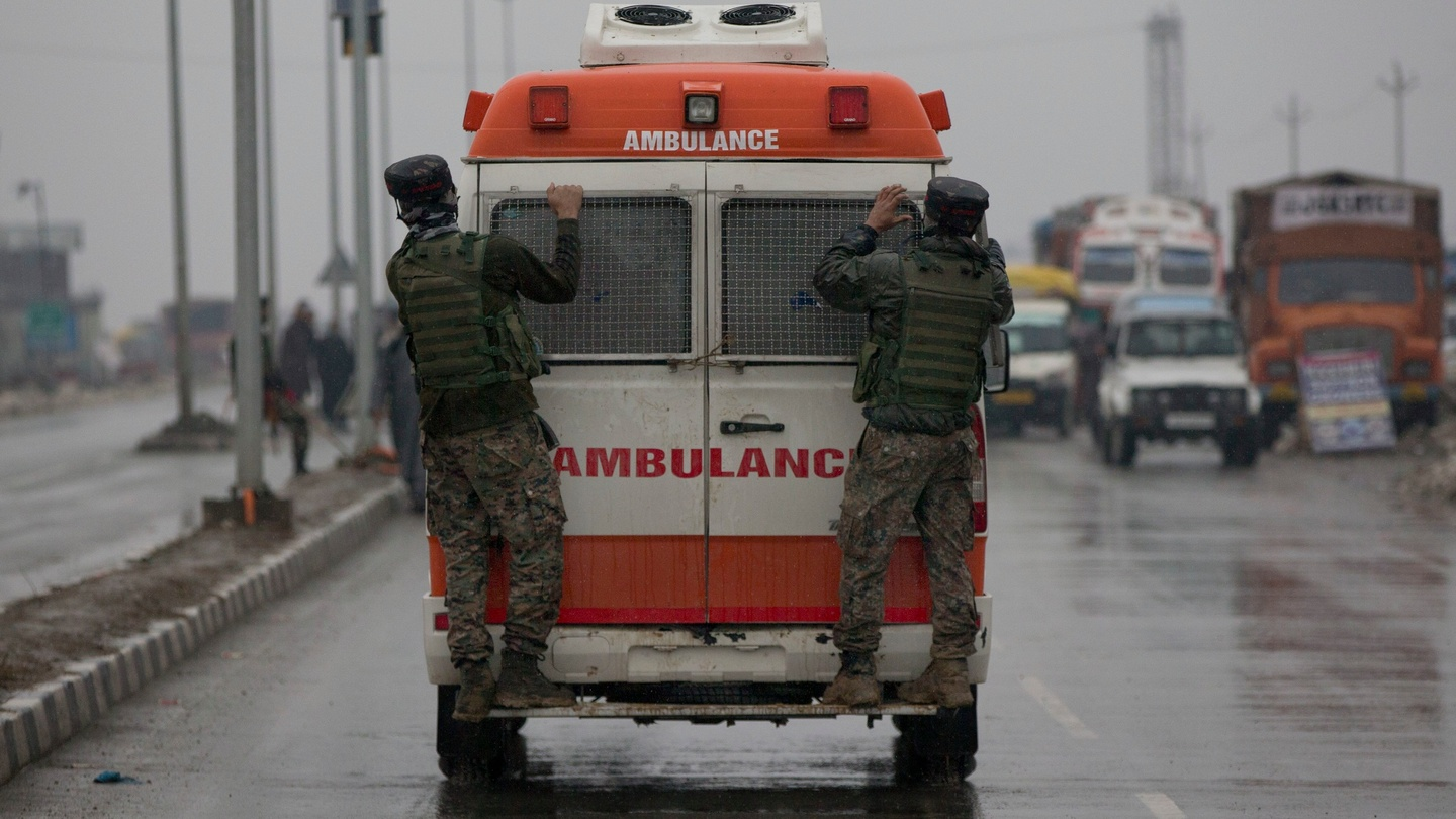 suicide car bombing kills 40 indian soldiers in kashmir