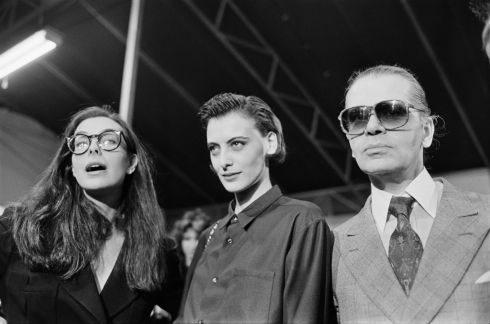 Karl Lagerfeld with French actor Carole Bouquet  and model Ines de la Fressange during the  Spring-Summer ready-to-wear fashion show in Paris in October, 1986. Photograph: Pierre Verdy/AFP
