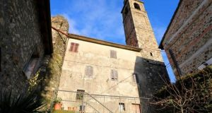 €45,000: two-bedroom home beneath Malgrate Castle bell tower, in Tuscan commune of Villafranca in Lunigiana