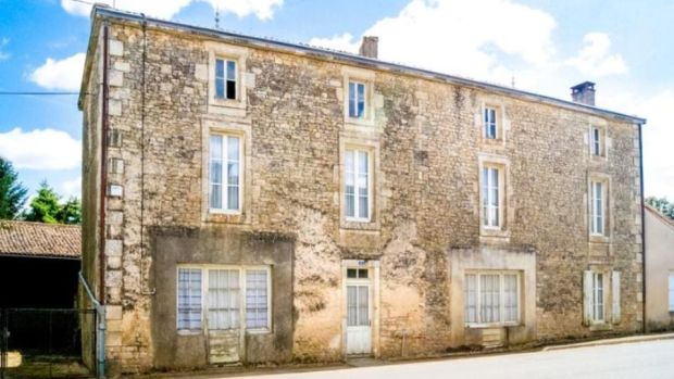 €46,000: home in need of an update in village of Béceleuf