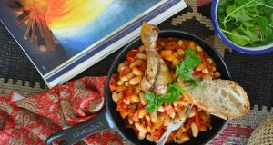 Only four ingredients – cowboy beans with roast chicken