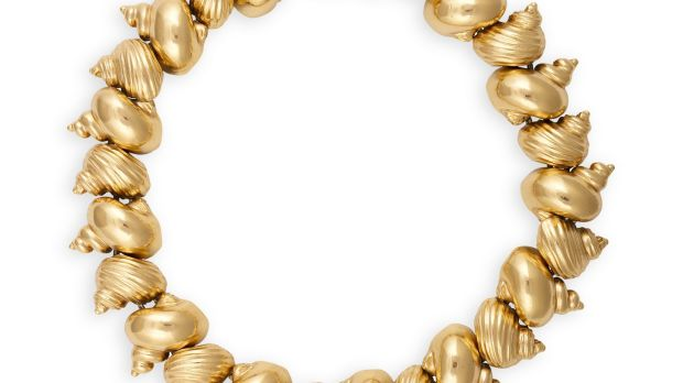 Lot 5 Christian Dior shell-shaped yellow metal necklace (€300 - €500)