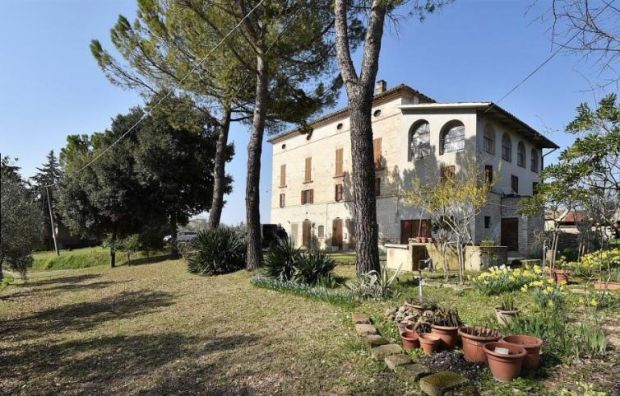 Le Marche: three-storey farmhouse divided into three apartments
