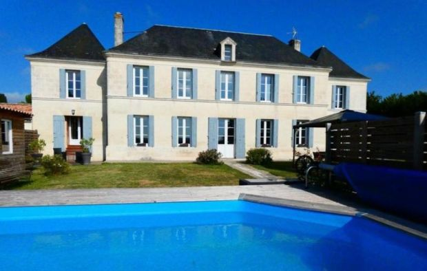 Charente-Maritime: stone manor house with swimming pool