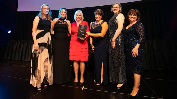 Siobhan Kelly, UK & Ireland Business Development Manager, Zellis, presents the Overall Excellence in HR award to the Tallaght University Hospital team.