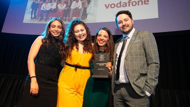 Emma Johnston, Communications Consultant, Aon, presents the Best Employer Branding Programme award to the Vodafone Ireland team.
