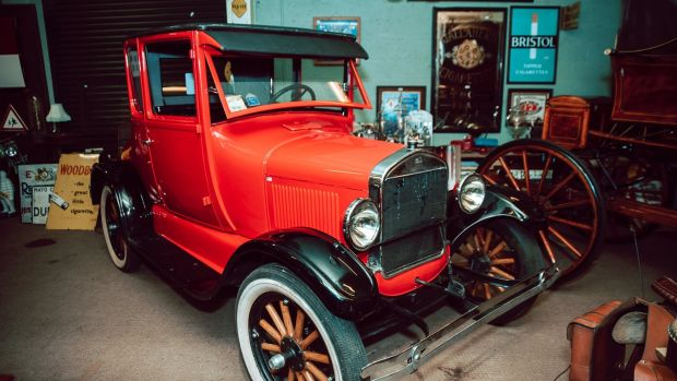 1926 Ford Model T achieved its lower estimate of €15,000 through Victor Mee.