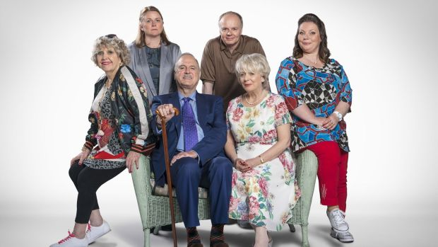 Anne Reid, Rosie Cavaliero, John Cleese, Jason Watkins, Alison Steadman and Joanna Scanlan in Hold the Sunset